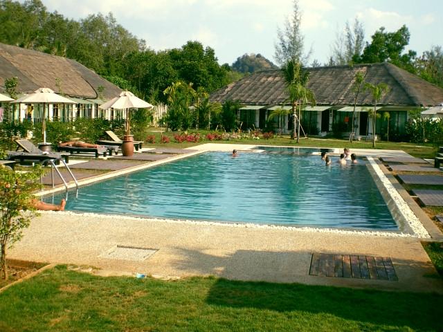 bungalows mit pool in nopparat thara. Black Bedroom Furniture Sets. Home Design Ideas